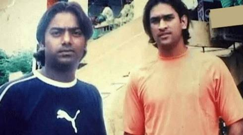 dhoni with his friends